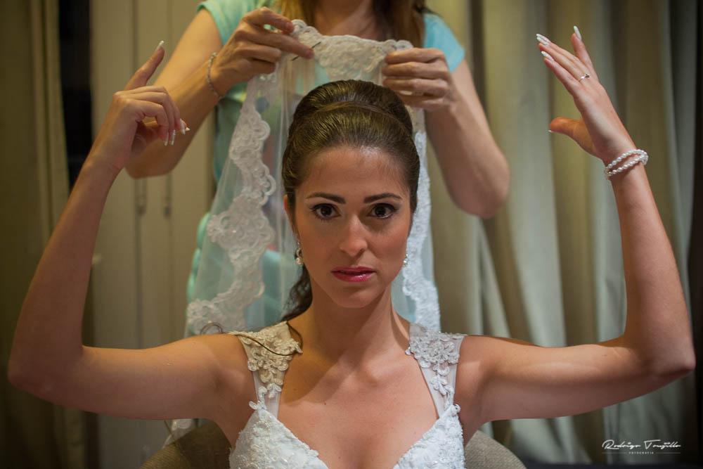 vistiendo a la novia, velo de la novia, rodrigo trujillo fotografo, campus green rosario, fotografia de casamientos en rosario
