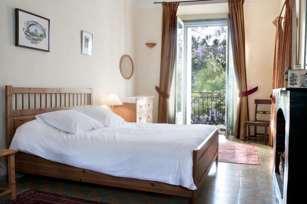 """El dormitorio principal tiene una cama """"tamaño de rey""""."""