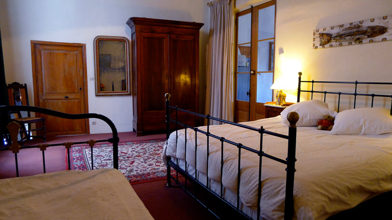 La seconde chambre est équipée d'un grand lit et d ́un lit simple (120cm).