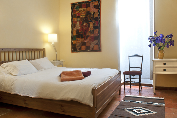 """El dormitorio principal tiene una cama doble """"tamaño de rey""""."""