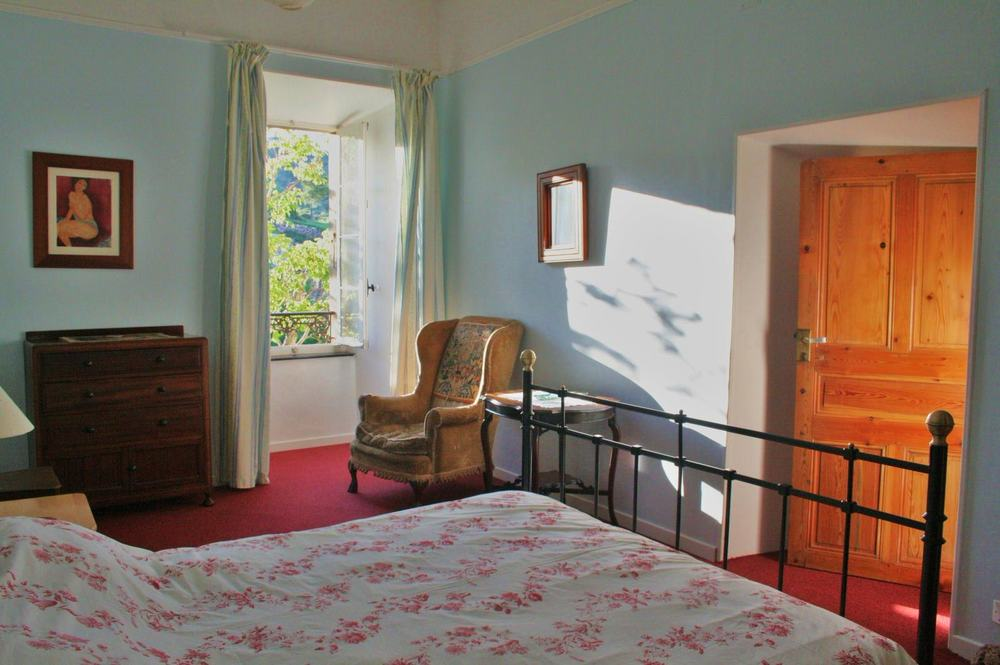 Das große Schlafzimmer ist mit einem Kingsize Bett ausgestattet.