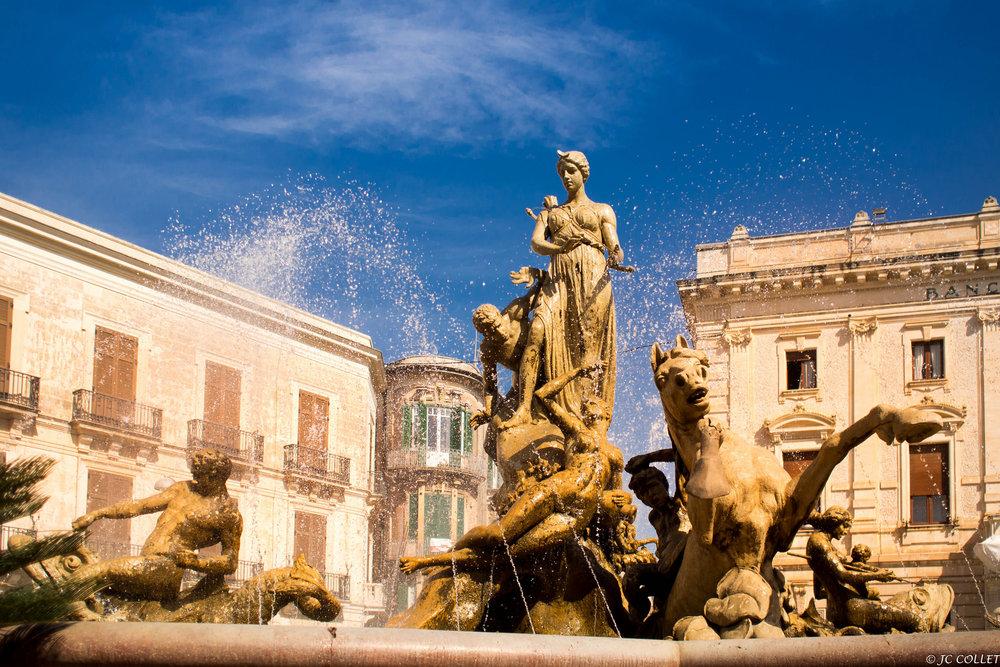 Piazza_Archimede_-_Fontana_di_Diana_(Siracusa,_Sicilia)_100mila_artisti_per_il_cambiamento_