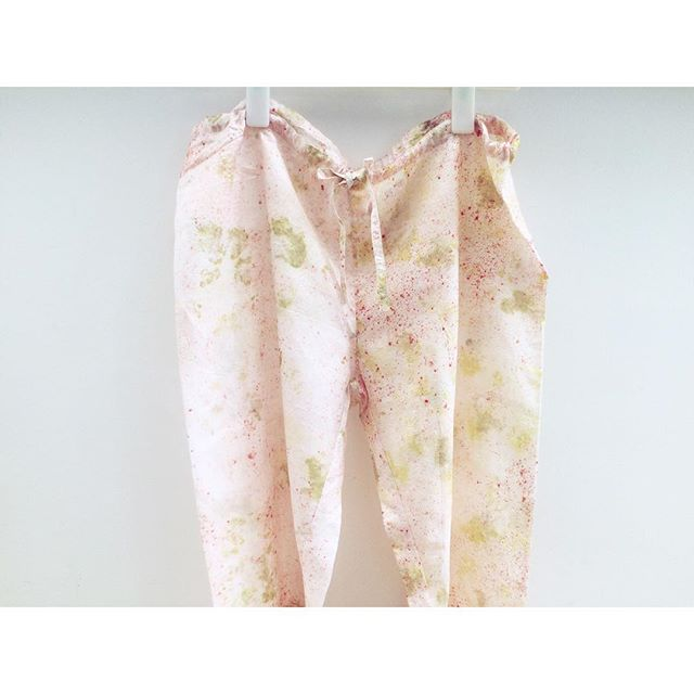 SCORE! Handmade silk trousers, ecologically dyed with handpicked flowers. Keep an eye on @hemmdesign. More prints on IG STORIES. #ikkoopbelgisch #ethicalfashion #silk #eco #handmade #handdyed #naturaldye #organiccotton #flowerpower #hemm #smallbusiness #myauntisanentrepreneur