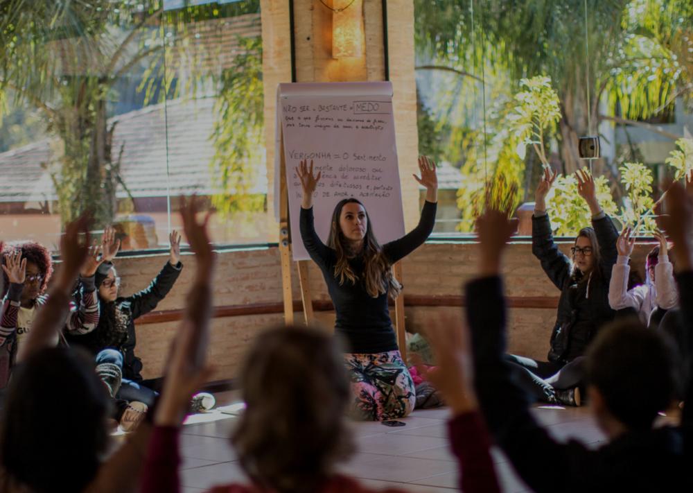 Círculo feminino - o que significa ser mulher hoje?   Aqui, as meninas compartilham experiências pessoais e se aprofundam em temas como feminismo, empoderamento, ciclos femininos, corpo da mulher e poder pessoal.