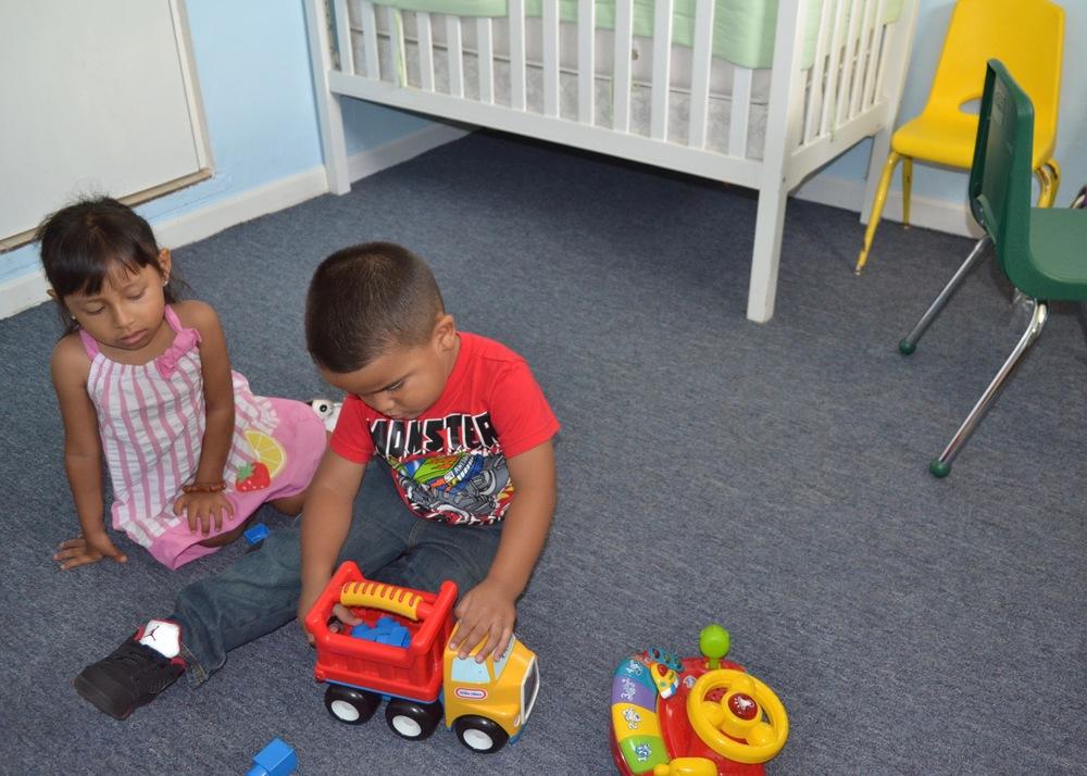 SERVICIO DE SALACUNA   Nosotros proveemos una atmósfera segura y llena de amor para los bebés.