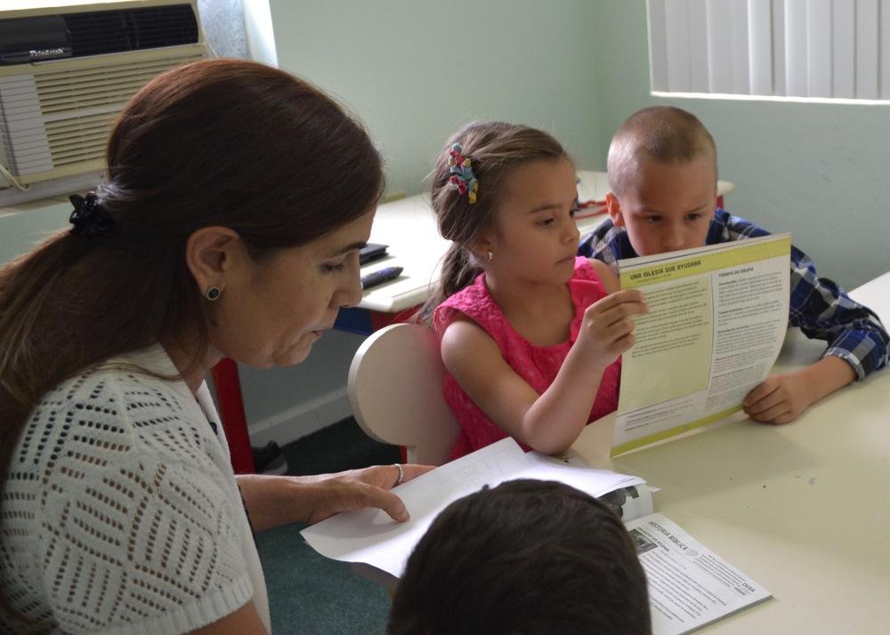 Clase Principiantes:   3 a 5 años  Los niños aprenden la palabra de Dios, de una manera eficaz, usando métodos apropiados para ayudar a su desarrollo y crecimiento espiritual.