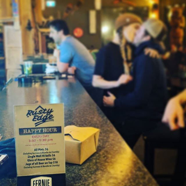 True love (occasionally) starts at Happy Hour... ... but if it doesn't at least your drink is cheaper!  Happy hour every day 3:30-5:30pm  #rustyedgebar #ferniestoke #drinkfernie #tourismfernie #ferniealpineresort #happyhour #truelove #awkwardhand #takeoutbox