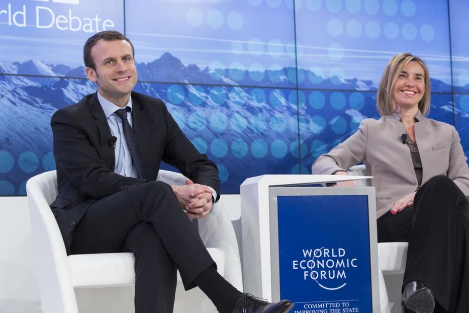 Emmanuel Macron (sinistra), ai tempi Ministro dell'Economia francese, con Federica Mogherini al World Economic Forum di Davos nel 2016