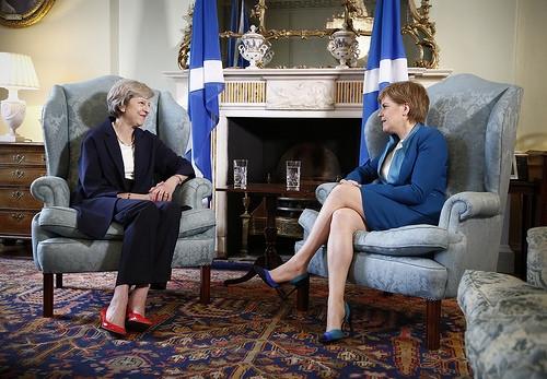 Il Primo Ministro britannico Theresa May (a sinistra) con il Primo Ministro scozzese Nicola Sturgeon.