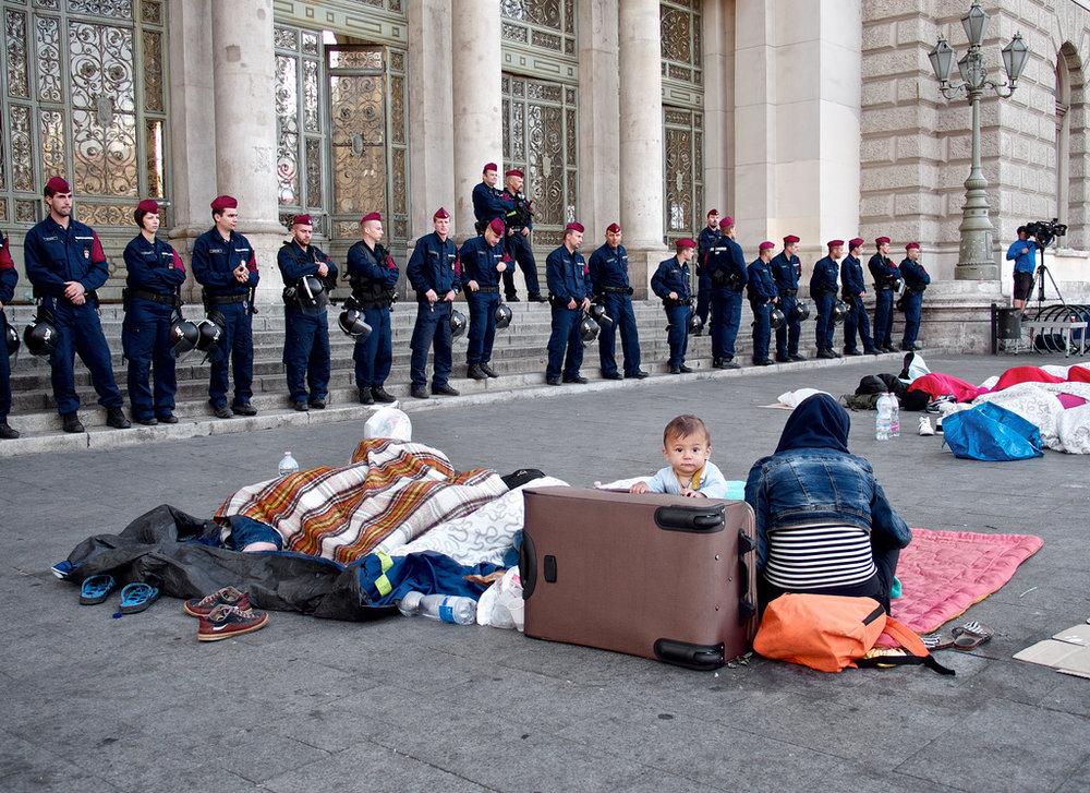 Migranti davanti alla stazione ferroviaria di Budapest