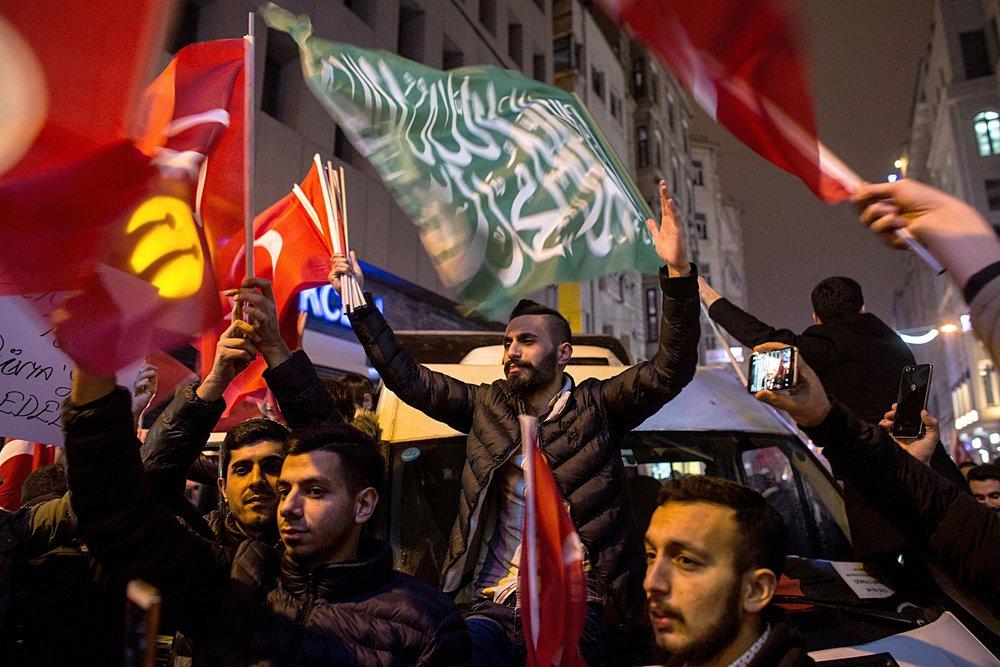 Proteste di cittadini turco-olandesi davanti al consolato turco a Rotterdam dove doveva tenersi il comizio del Ministro degli Esteri Cavosoglu. Foto di: Chris McGrath/Getty Images News / Getty Images