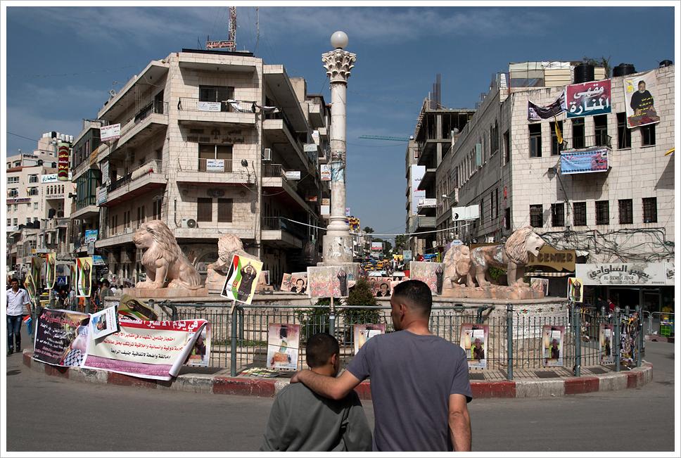 Piazza Al-Manara, il centro di Ramallah, capitale dell'ANP. Fonte: Montecruz Foto Licenza: CC 2.0
