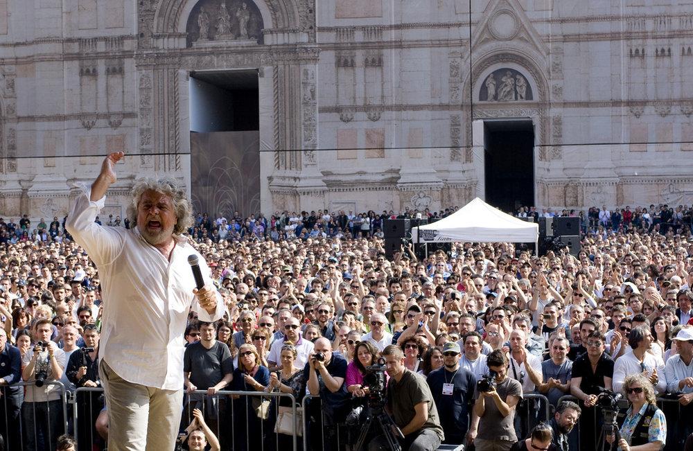 Beppe Grillo in Piazza Maggiore a Bologna nel 2011. Foto:  Giovanni Favia  Licenza:  CC 2.0