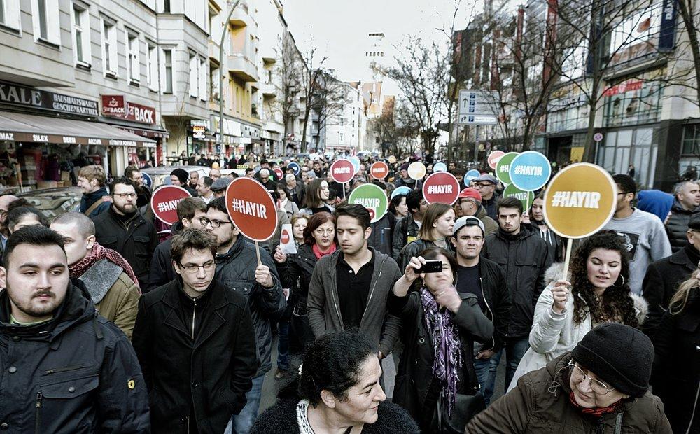 """Manifestazione per il """"no"""" a Berlino. Le comunità turche dei paesi europei sono state le più attive nell'opposizione al referendum, nonostante le spaccature fra pro-governativi e militanti dell'opposizione presenti all'interno delle stesse. Foto:Majka CzapskiLicenza: CC 2.0"""