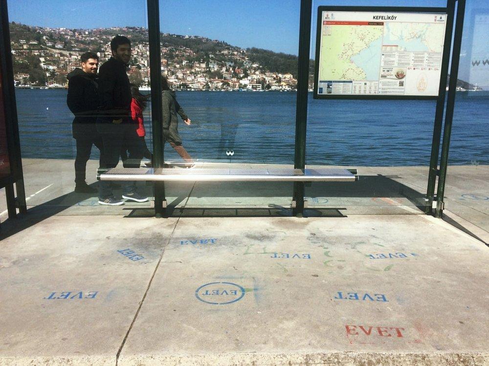 """Litorale di Istanbul, stencil pro-""""evet"""": Instanbul, campagna per """"evet - sì"""""""