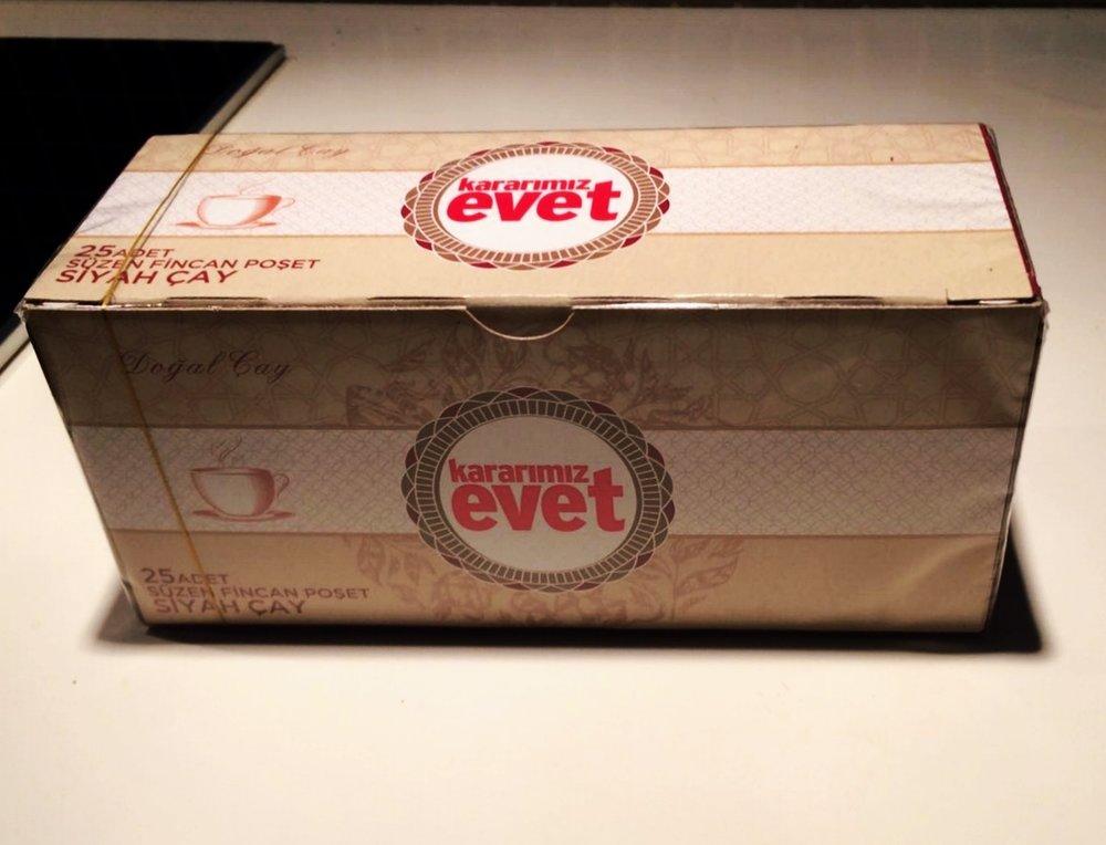 """Confezione di tè """"evet"""" distribuito gratuitamente per la campagna pro-sì del governo turco. Instanbul, campagna per """"evet - sì"""""""