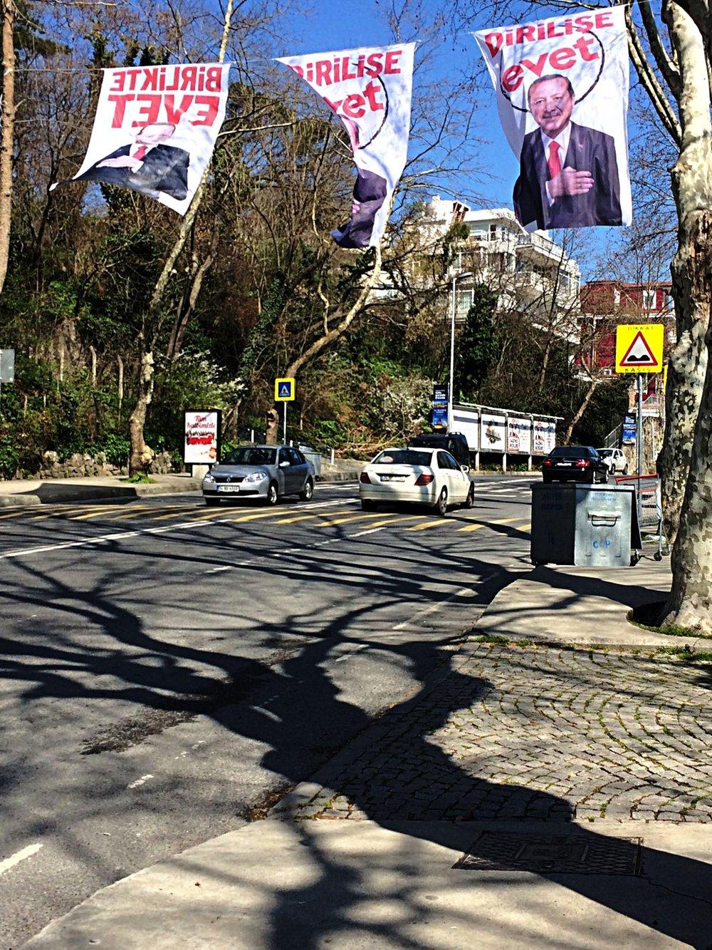 """Manifesti inneggianti al sì, lo slogan recita """"resurrezione, vota sì"""". Instanbul, campagna per """"evet - sì"""""""