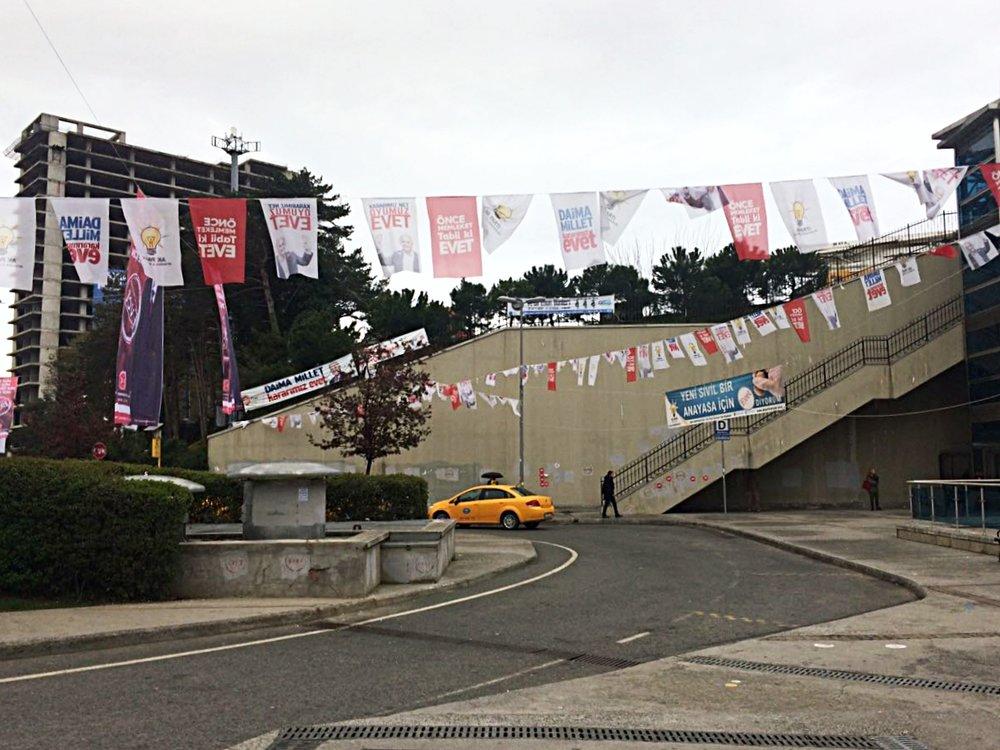 "Manifesti pro-sì lungo le strade di Istanbul. Instanbul, campagna per ""evet - sì"""