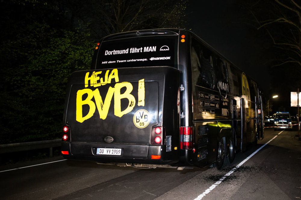 Il bus del Borussia Dortmnd danneggiato dalle esplosioni avvenute sulla strada per lo stadio, martedì 11 aprile. Foto: Maja Hitij/Getty Images News / Getty Images