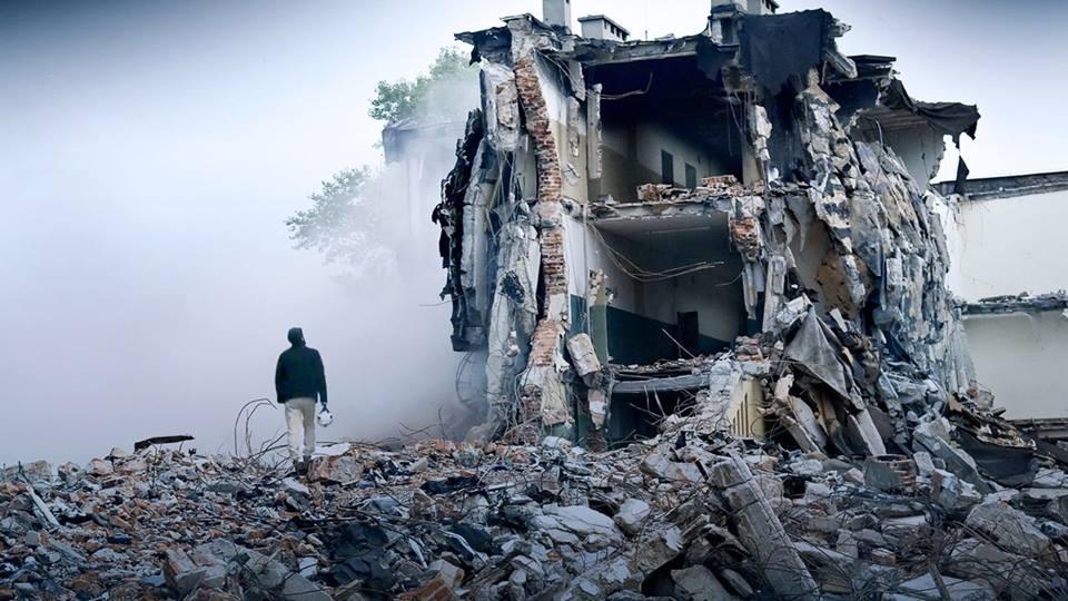 Dal film The White Helmets. Aleppo, un Casco Bianco della protezione civile siriana cammina fra le rovine della città devastata.Fonte: Netflix