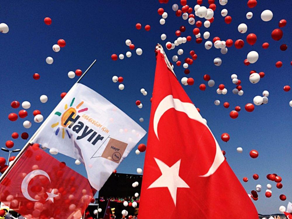 """La """"Foto delle Settimana"""":la manifestazione finale del comitato per il """"no-hayir"""" ad Istanbul, Turchia, 15 aprile. Foto: Isabella Gerstern Licenza: CC 4.0"""