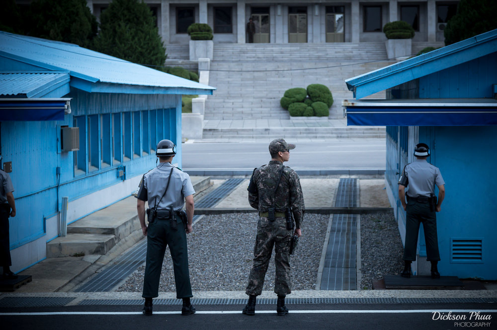 Il confine fra Corea del Sud e Corea del Nord.al centro delle tensioni degli ultimi giorni.Da una parte gli USA - alleati del governo di Seul -stanchi delle continue provocazioni del regime, il quale, da parte sua, è pronto a leggere il bluff di Washington. Il rischio -dice la Cina- è la guerra. Foto:Dickson PhuaLicenza:CC 2.0