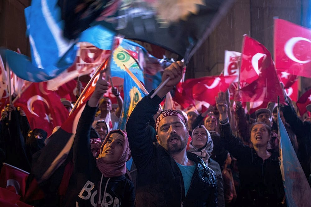 Manifestanti pro-Erdogan in festa davanti alla residenza di Istanbul del Presidente. Foto: Chris McGrath/Getty Images News / Getty Images