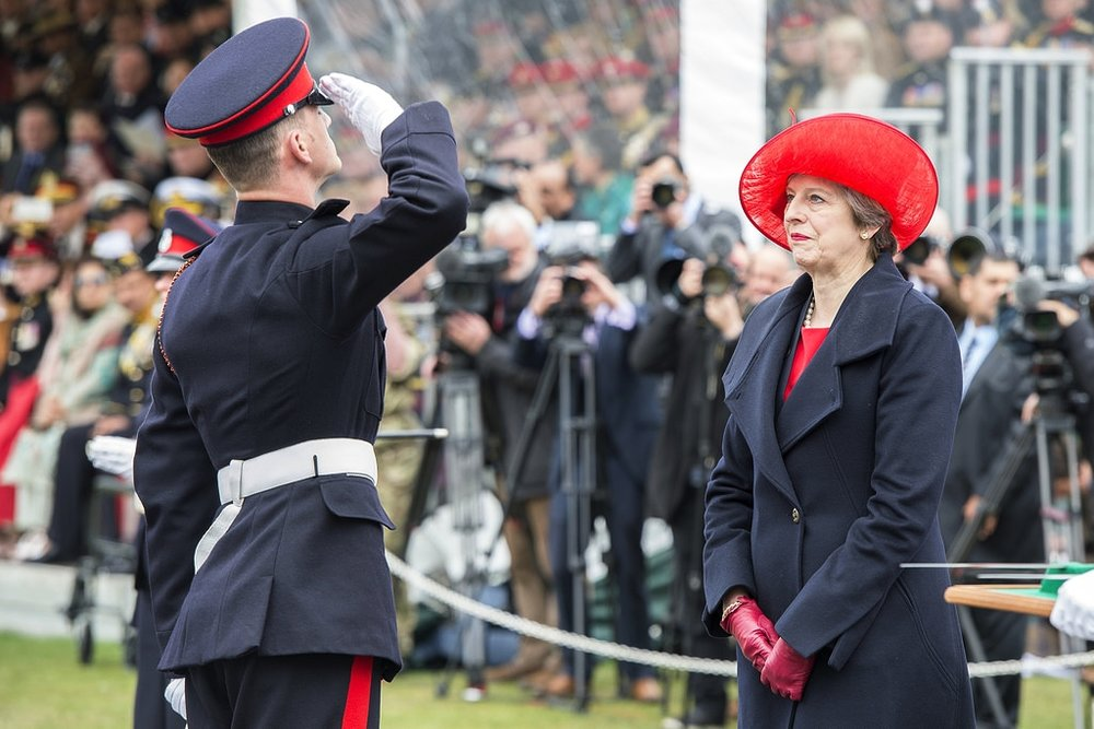 Il Primo Ministro Theresa May in visita all'Accademia Militare di Sandhurst del 13 aprile. Foto  Office of the Prime Minister  Licenza:  CC 2.0