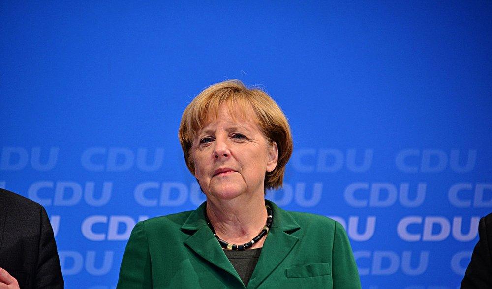 """Angela Merkel, """"l'eterna cancelliera"""" in lotta per il suo quarto mandato consecutivo, il terzo in una grande coalizione. Foto:Angela Merkel, CDU Election Rally in Hamburg di www.glynlowe.com Licenza: CC 2.0"""