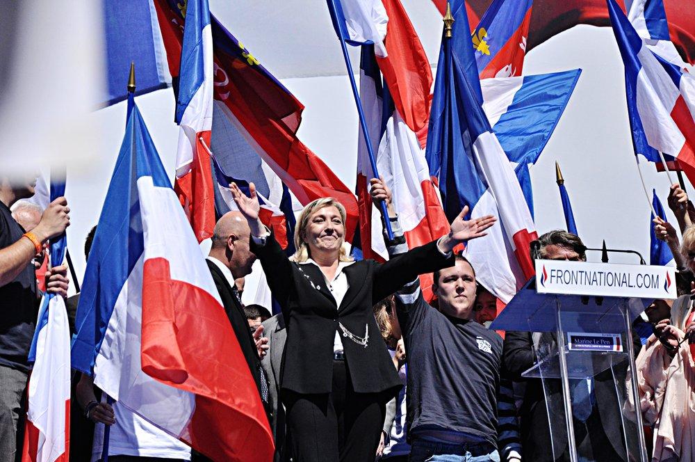 Marine Le Pen che affronterà Emmanuel Macron il 7 maggio al ballottaggio, al meeting del Front National del 2012. Foto: Blandine le Cain Licenza: CC 2.0