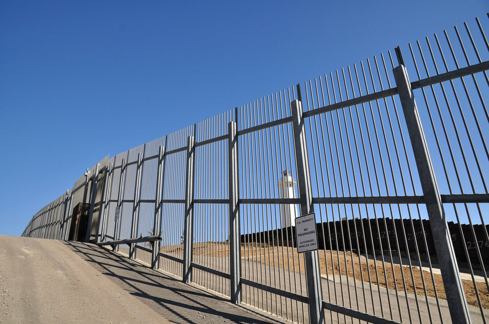 La barriera fra Stati Uniti e Messico al confine fra Tijuana e San Diego. Foto: Jonathan McIntosh Licenza:  CC 2.0