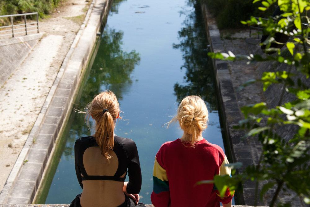 Marina Foïs (destra) e Joséphine Japy (sinistra) in una scena di Irréprochable, thriller francese del 2016 di Sébastien Marnier.