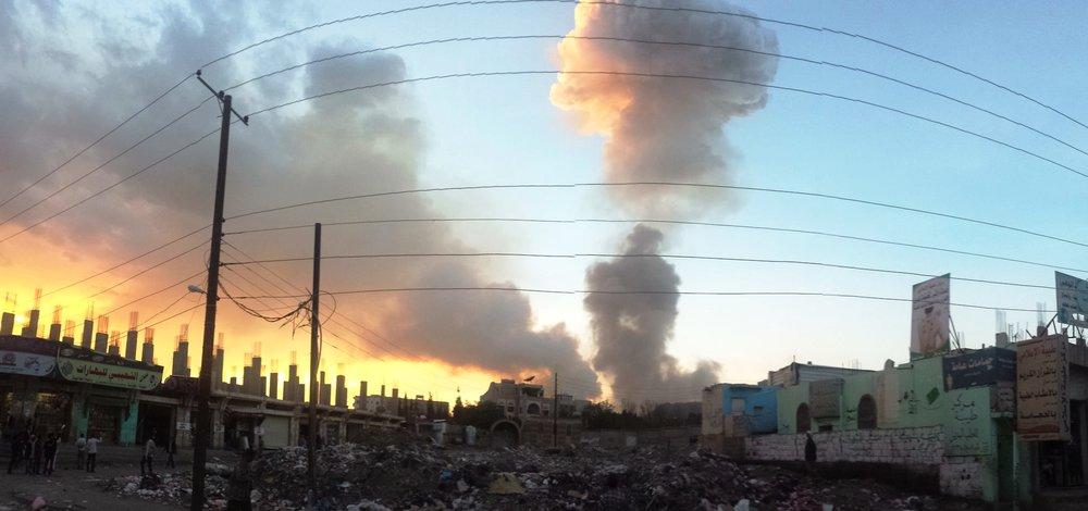 La Foto della Settimana.  La capitale dello Yemen, Sana'a, durante un bombardamento nel 2015. Sono passati due anni ed il conflitto in Yemen continua ad aggravarsi. L'Arabia Saudita e gli Emirati hanno fatto sapere di essere pronti ad attaccare la città portuale di Houdeidah e principiale punto di arrivo degli aiuti umanitari. Foto: ibrahem Qasim Licenza:  CC 2.0