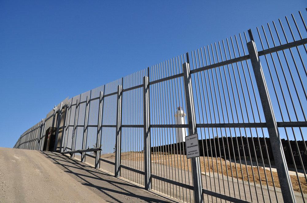 Il governo degli Stati Uniti ha bloccato i primi finanziamenti al muro fra Stati Uniti e Messico. Nella foto:La barriera fra Stati Uniti e Messico al confine fra Tijuana e San Diego. Foto: Jonathan McIntosh Licenza: CC 2.0