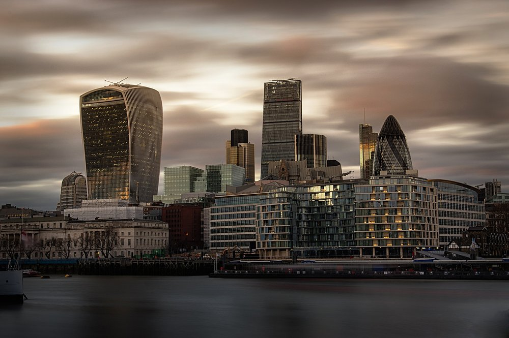 La City di Londra, il vero nodo cruciale di tutte le trattative sulla Brexit e punto di debolezza della Gran Bretagna. Foto:City of London Skyline at Dusk di  Rob Taylor Licenza:  CC 2.0
