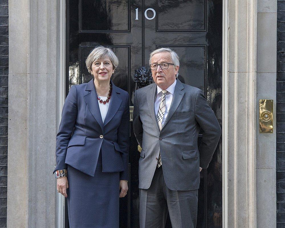 """Theresa May e Jean-Claude Juncker durante il loro incontro a Londra del 26 aprile. Alla fine del meeting, il Presidente della Commissione Europea ha dichiarato: """"torno a casa più scettico di prima sull'esito dei trattati"""". Foto:PM meeting with President Juncker di Number 10Licenza:Crown Copyright/CC 2.0"""