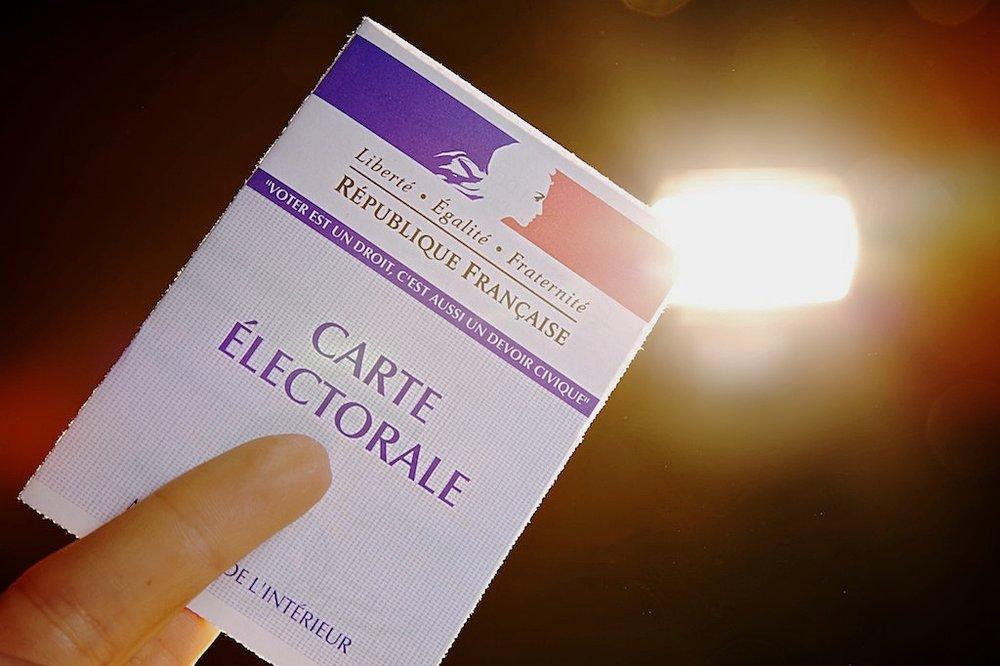 La tessera elettorale francese. Foto: Alexandre Roschewitz Licenza:  CC 2.0