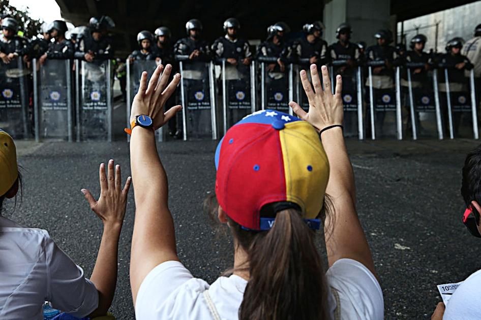 Manifestanti martedì 2 maggio nelle strade di Caracas per protestare contro il Presidente Nicolas Maduro. Foto: Getty Images.