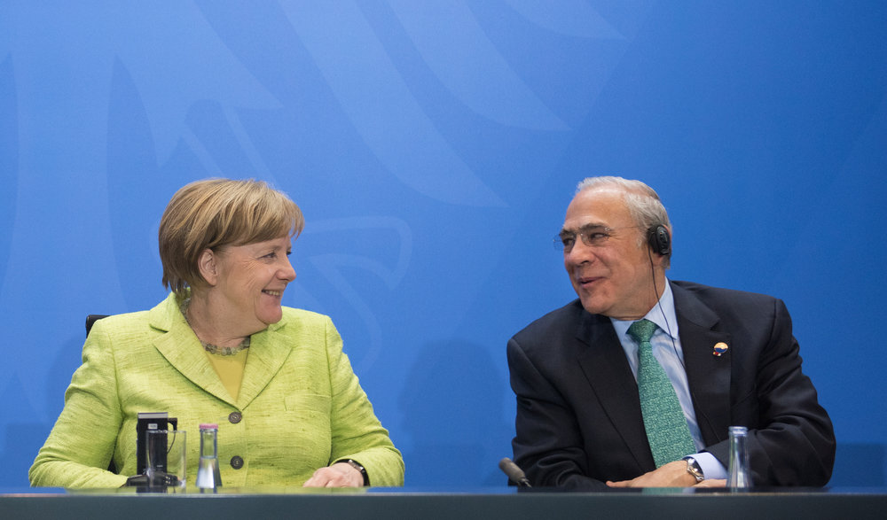 Angela Merkel alla riunione dell'OECD ad aprile. Mentre Schulz combatte regione per regione, la Cancelliera ha scelto il proscenio internazionale, il territorio preferito dall'avversario. Foto: OECD Organisation for Economic Co-operation and Development Licenza:  CC 2.0