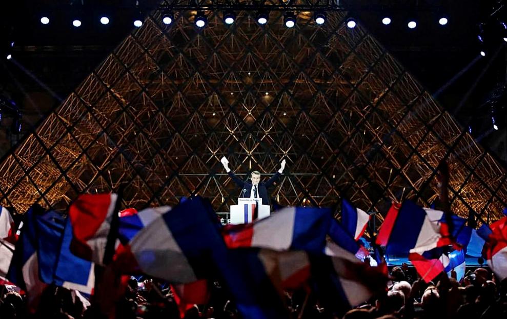 Il giorno della vittoria di Emmanul Macron e della festa davanti al Louvre, a Parigi. Foto: French Embassy in the U.S. Licenza:  CC 2.0