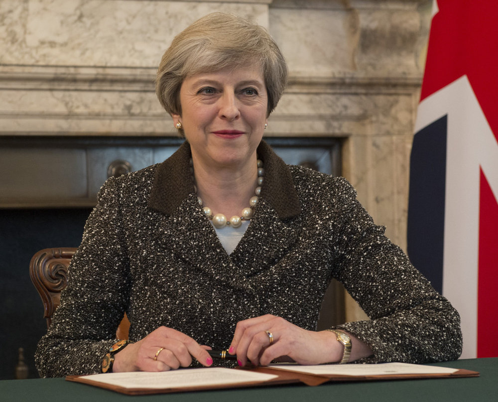 La firma dell'Articolo 50 del trattato di Lisbona, in quel momento la popolarità di Theresa May era alle stelle ed il Primo Ministro sembrava destinato a diventare l'erede di Margharet Tatcher. Foto:Number 10Licenza: CC 2.0