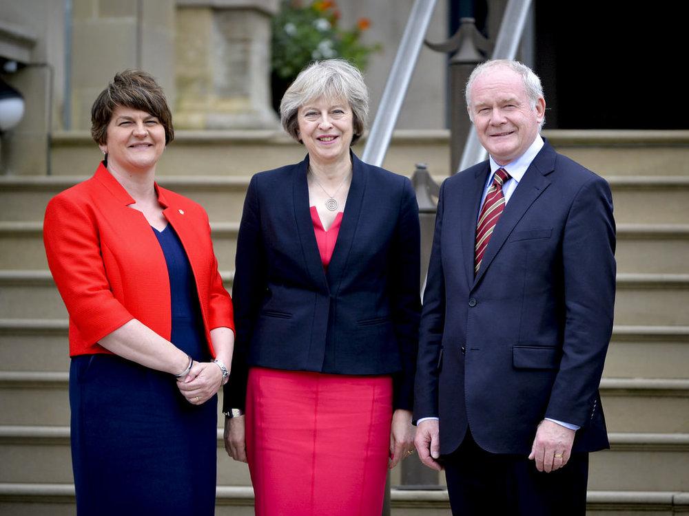 La Foto della Settimana: Il Primo Ministro Britannico Theresa May assieme ai leader del Partito Democratico Unionista nordirlandese del DUP. Sulla sinistra Arlene Foster, Primo Ministro della regione. Foto:Number 10Licenza: CC 2.0