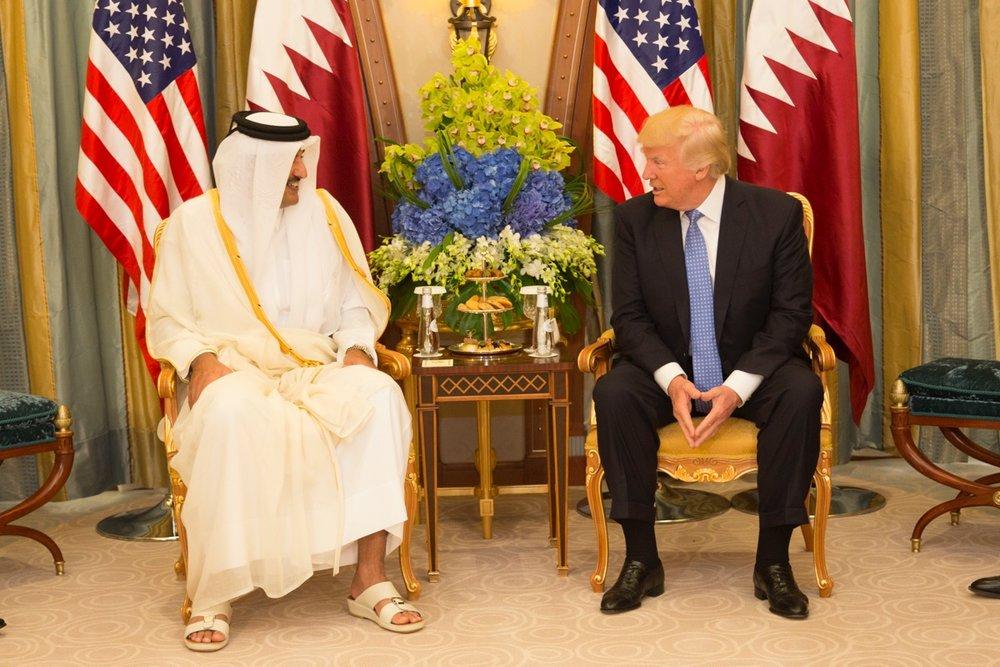 L'Emiro del Qatar Tamim bin Hamad al-Thani assieme al Presidente degli Stati Uniti Donald Trump durante la visita di quest'ultimo a Doha nel maggio del 2017, pochi giorni prima dell'inizio dell'embargo. Foto:Ninian ReidLicenza: CC 2.0