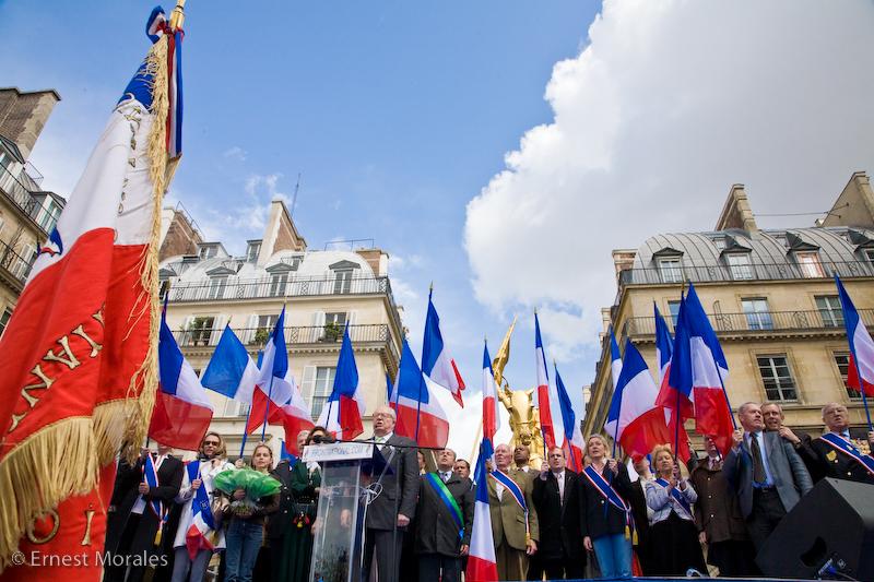 Manifestazione del Front National, al podio il patriarca Jean-Marie Le Pen, alla sua destra, con fascia blu, l'attuale Leader Marine Le Pen mentre a sinistra si intravede Marion Marechal-Le Pen, principale rivale di Marine e favorita dal patriarca. Foto:Ernest MoralesLicenza: CC 2.0