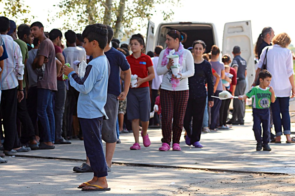 Richiedenti asilo in fila per razioni di cibo al confine fra Serbia e Ungheria. Foto: Trocaire Licenza: CC 2.0