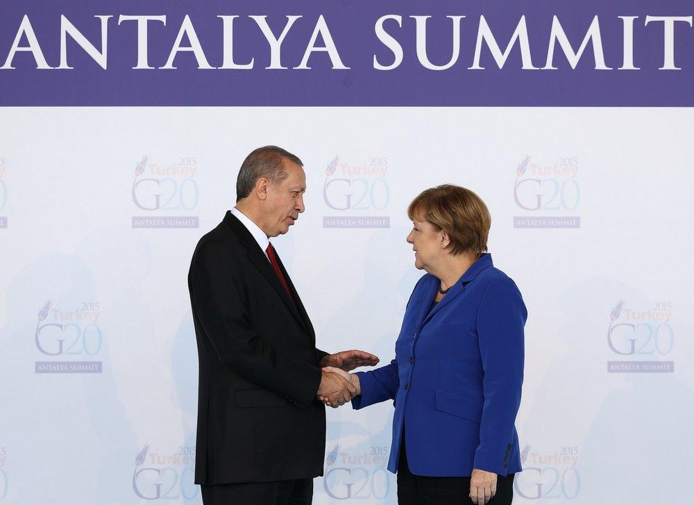 Una rara stretta di mano fra Angela Merkel e Recep Tayyip Erdogan al G20 di Antalya del 2015, prima del colpo di stato, del referendum e delle decine di altri crisi diplomatiche fra i due paesi. Foto: G20 Turkey 2015 / Pool im Licenza:  CC 2.0