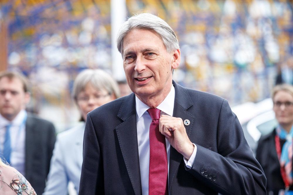 Il Cancelliere dello Scacchiere Philip Hammond, sostenitore di una Soft-Brexit e di una lenta uscita dalll'Unione Europea. Foto:EU2017EE EstonianLicenza: CC 2.0