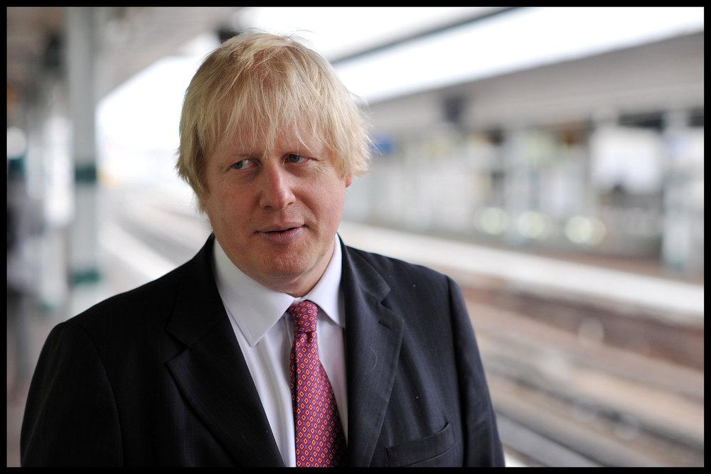 """Il Segretario agli Esteri Boris Johnson, sostenitore della Hard Brexit e rivale di Theresa May per la guida dei Conservatori. Potrebbe essere lui a far saltare il tavolo negoziale qualora riuscisse, nel congresso di Ottobre, a """"far fuori"""" Theresa May. Foto:BackBoris2012 CampaignLicenza: CC 2.0"""