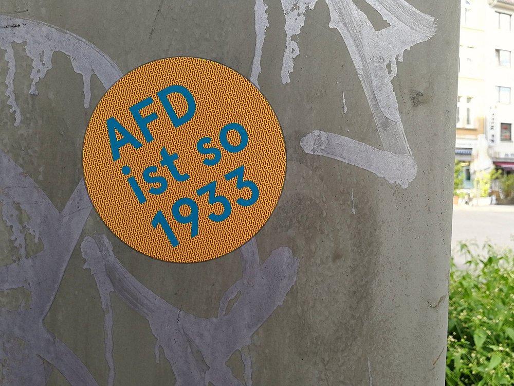 Alternativa per la Germania fa così 1933. Uno sticker anti-AfD che ricorda i parallelismi fra Nazismo ed il populismo xenofobo e radicale. Foto:Jürgen TelkmannLicenza: CC 2.0