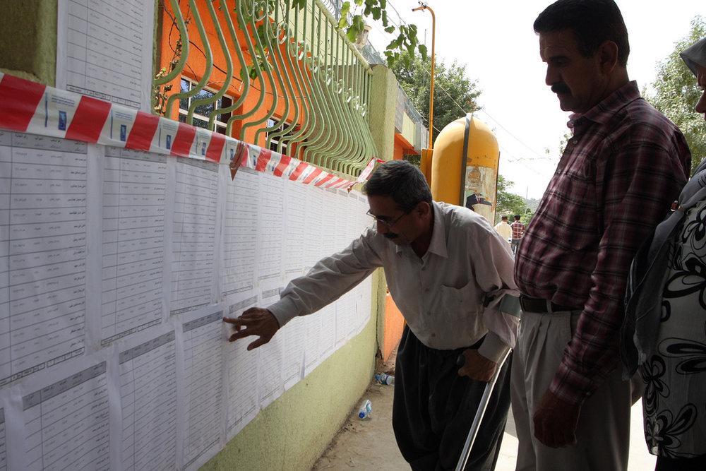Un elettore cerca il suo nome sulle liste per andare a votare il referendum del 25 settembre. Foto: Jorgen Nijman Licenza: CC 2,0